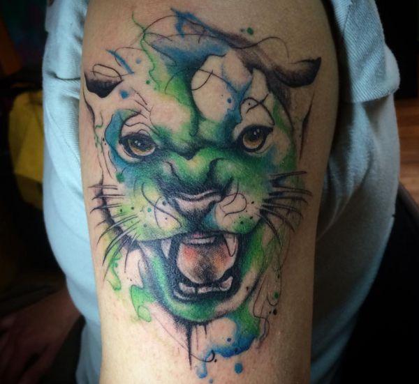 Aquarell Puma Kopf Tattoo am Oberarm