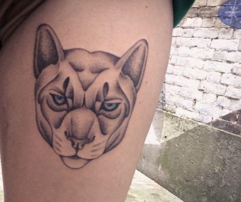 Puma Kopf Design am Oberschenkel