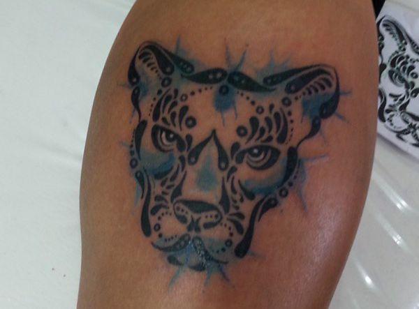 Tribal Puma Design auf der Bein