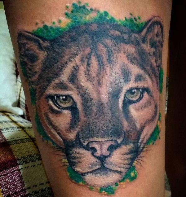 Puma Kopf Tattoo am Oberschenkel
