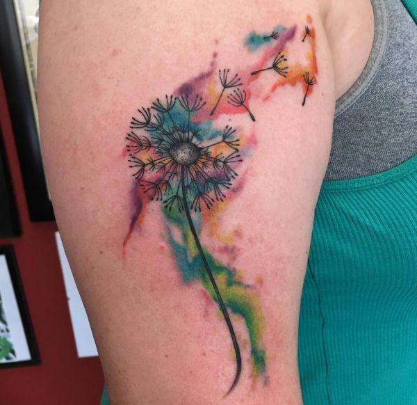 Wasserfarben Pusteblume Tattoo Design am Oberarm