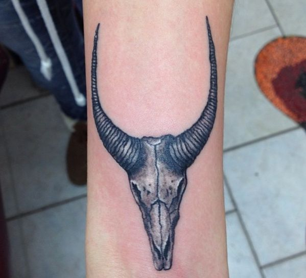 Totenkopf Tattoo Gazelle am Handgelenk