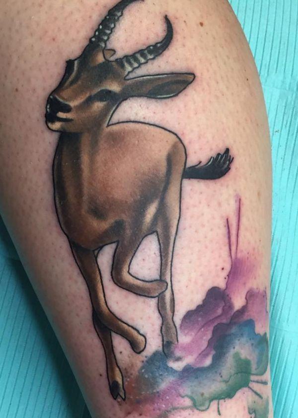 Reh Tattoo mit Wasserfarben auf der Bein