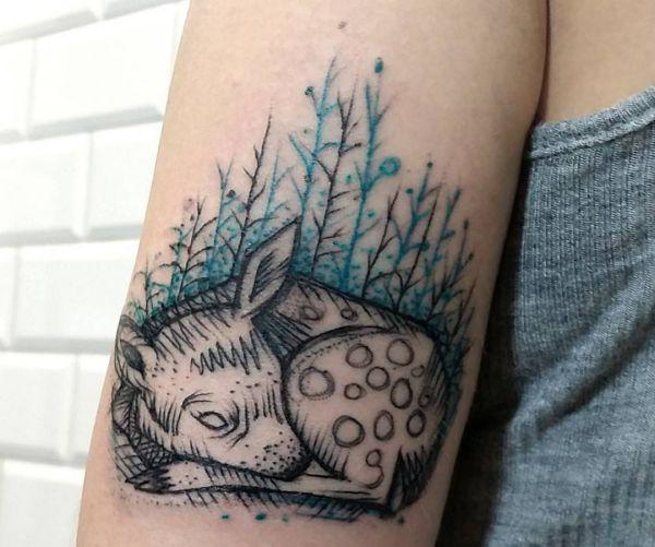 Junge Gazelle Im Wald Tattoo am Oberarm