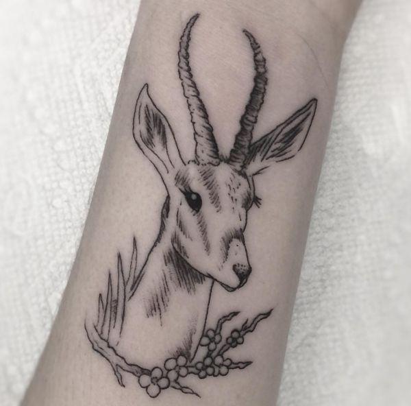 Tattoo Gazelle Design am Handgelenk Schwarz