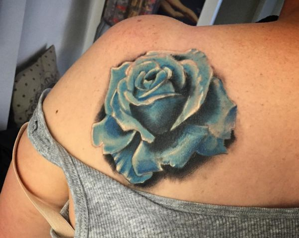 Blauen Rose Tattoo am Schulterblatt