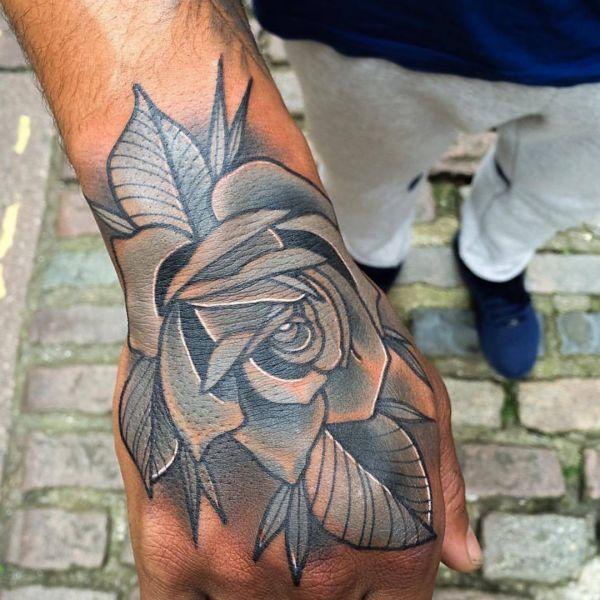 Rose Design auf der Hand