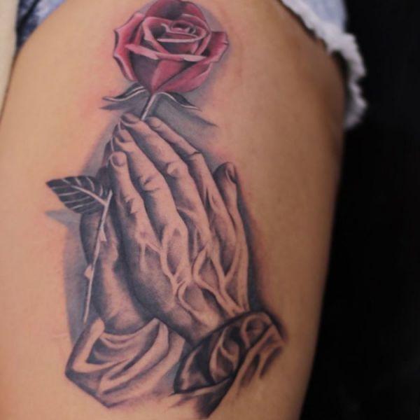 Rose und Betende Hände Tattoo Design