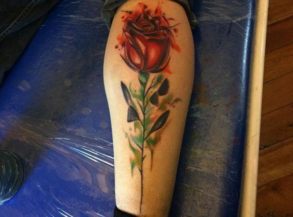 Wasserfarben Rose Design am Unterschenkel