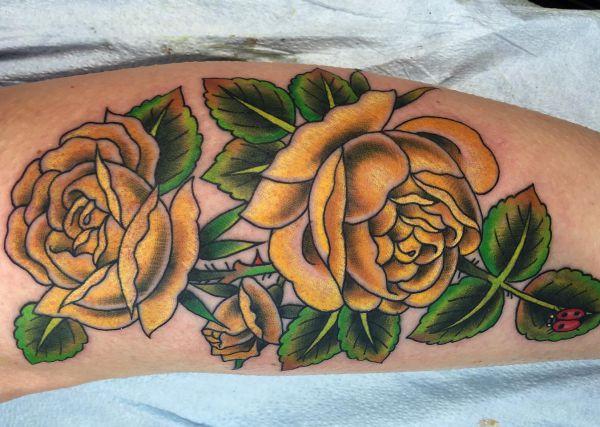 Gelben Rosen Design auf der Bein