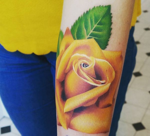 Realistisch Gelbe Rose Tattoo Design am Unterarm