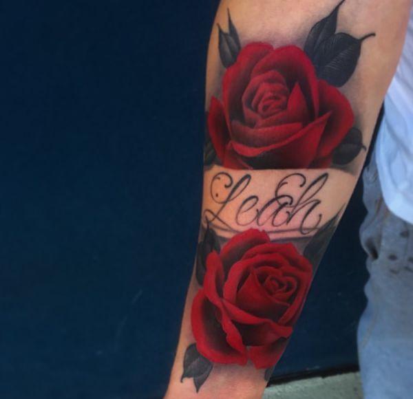 Gefüllten roten Rosen mit Namen Tattoo der Männer