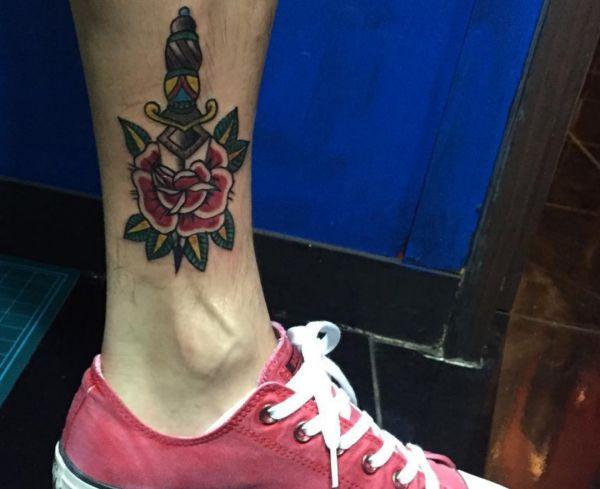 Tattoo Rose mit Dolch am Knöchel