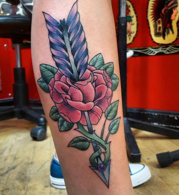 Rose Design mit Pfeil am Unterschenkel