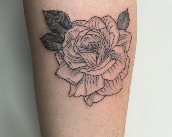 Rose Design am Unterarm schwarz und weiß
