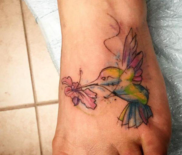 Kolibri und hibiskusblüte Fuß Tattoo
