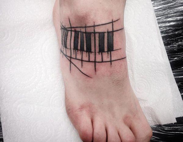 Klavier mit seinen Tasten Fuß Tattoo