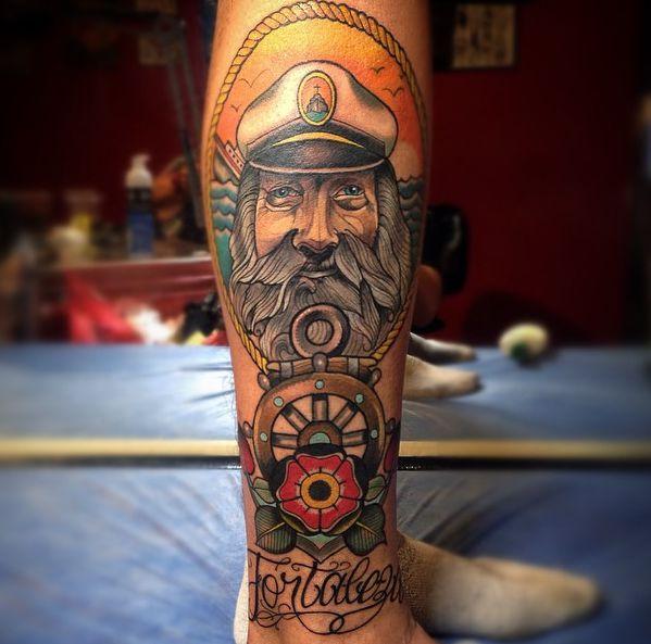 Kapitän und Schiffs-Rad mit Blume auf der Bein