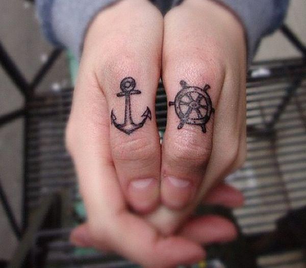 Kleine Schiffs-Rad und Anker auf Finger