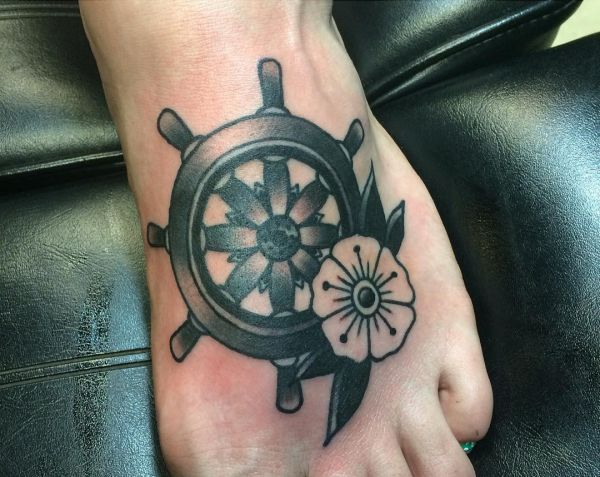 Schiffs-Rad mit Blume am Fuß