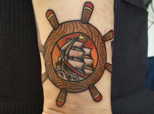 Schiffs-Rad und Schiff am Handgelenk