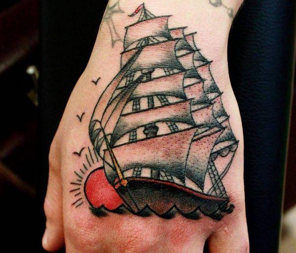 Kleine Schiff mit Sonne auf Hand