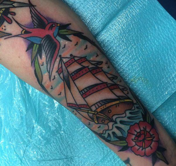 Oldschool Schiff mit Blume und Vogel auf dem Arm