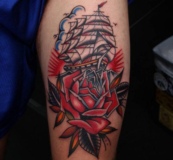 Schiff mit Rose am Oberarm