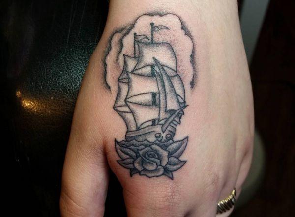 Kleine Segelschiff auf Hand schwarz und weiß
