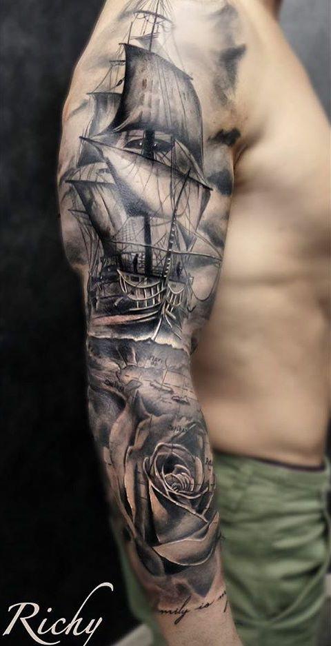 Segelschiff mit Rose auf dem Arm der männer