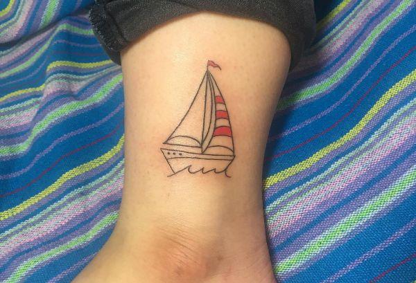 Kleine Schiff am Knöchel