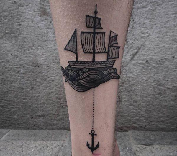 Kleine Schiff mit Anker am Unterschenkel