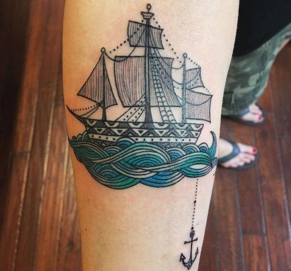 Kleine Schiff mit Anker am Unterarm