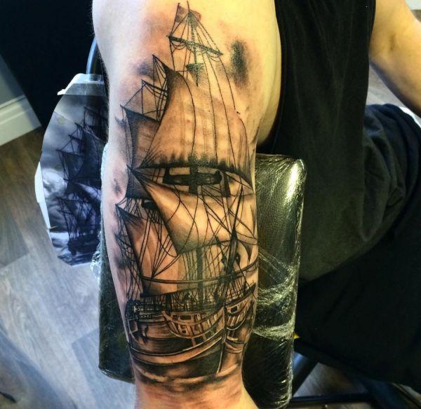 3D Schiff am Oberarm schwarz und weiß