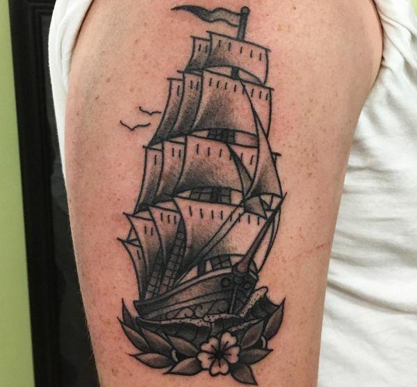 Schiff mit Blume am Oberarm schwarz