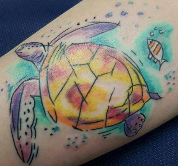 Cartoon Schildkröten mit Fisch Tattoo auf der Bein