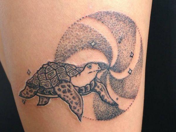 Schildkröten Design am Oberschenkel Schwarz und weiß
