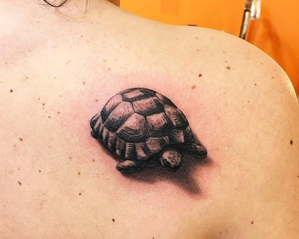 3D Kleiner Schildkröten Design am Schulterblatt
