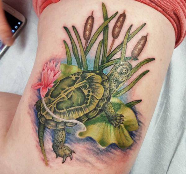 Schildkröten im Röhricht Tattoo Design am Obearm
