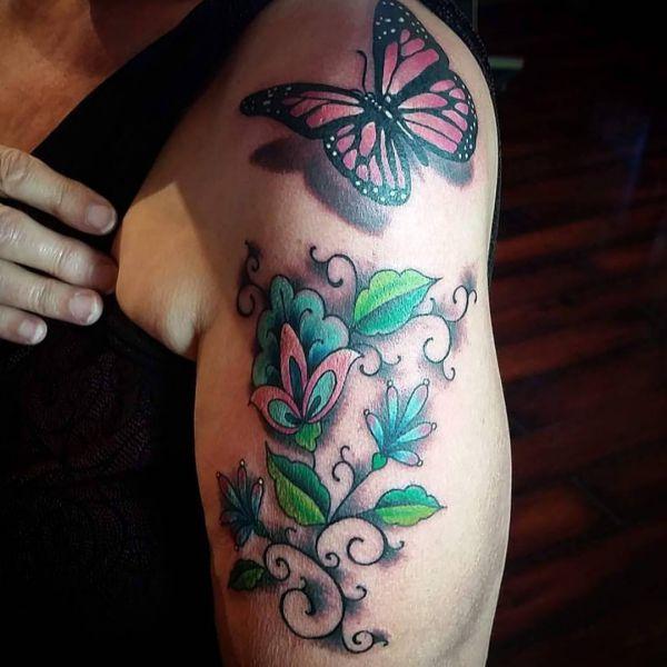 Schmetterling mit Blumen Tattoo Design am Oberarm