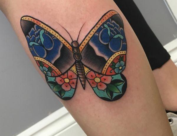 Schmetterling mit Blumen Tattoo am Unterschenkel