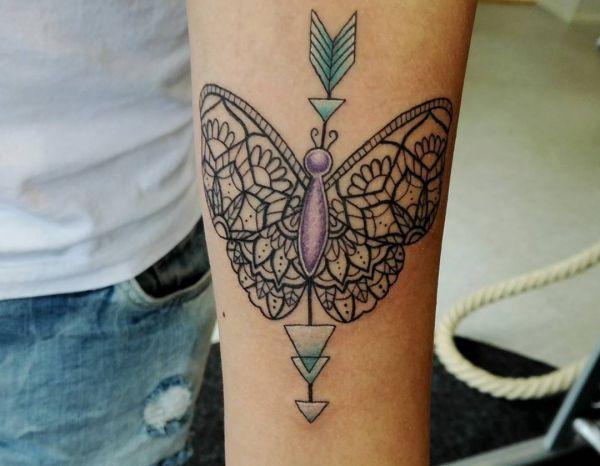 Mandala und Pfeil Schmetterling Tattoo Design am Unterarm