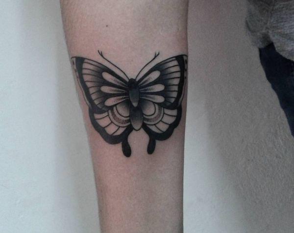 Schmetterling Design am Unterarm Schwarz und weiß