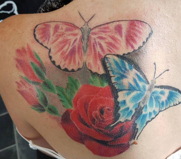 Zwei Schmetterling mit Rose Tattoo Design am Schulterblatt