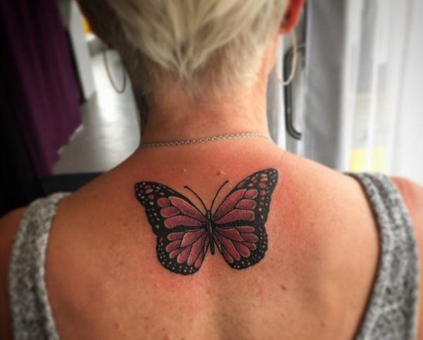 Schmetterling Tattoo Design am Rücken für Frauen