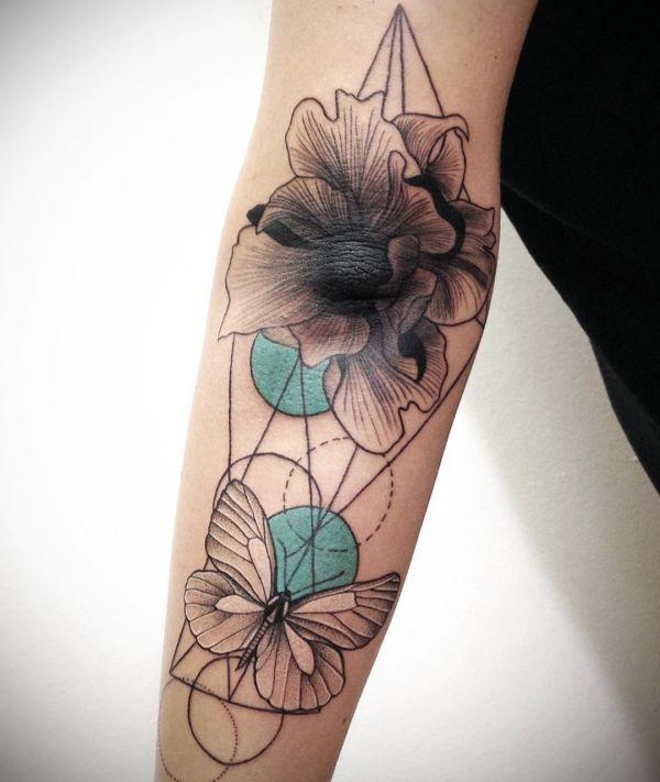 Geometrisch Schmetterling mit Blume Tattoo Design auf dem Arm
