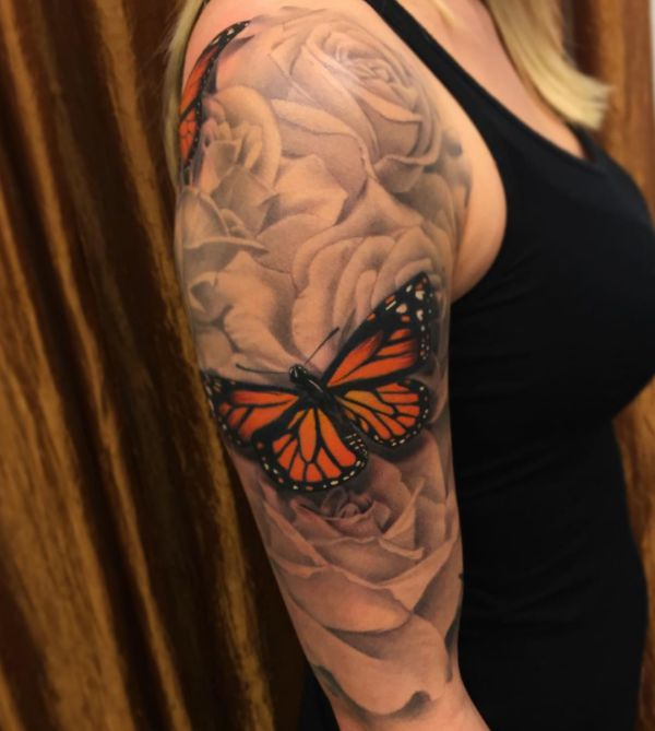Monarch Schmetterling mit Rose Tattoo Design auf dem Arm