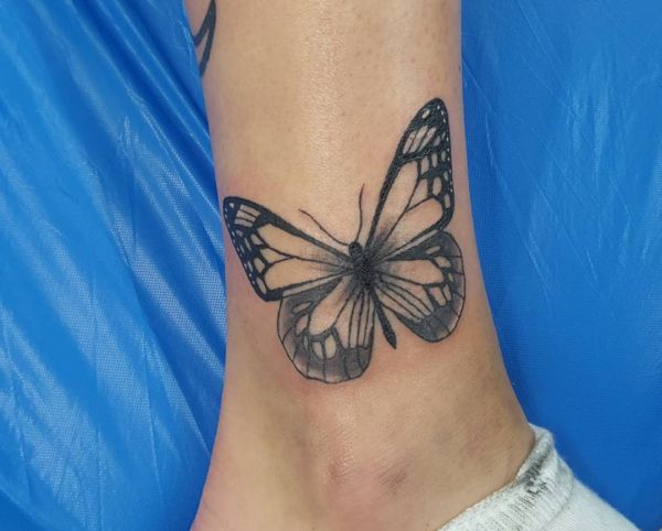 Tattoo Schmetterling Design am Knöchel