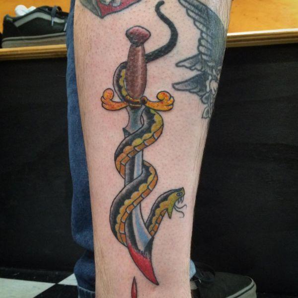 Schwert Tattoo mit Schlange auf der Bein