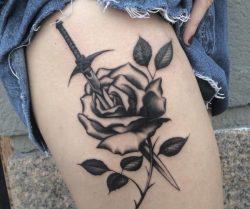 20 Schwert Tattoo Motive und ihre symbolische Bedeutung